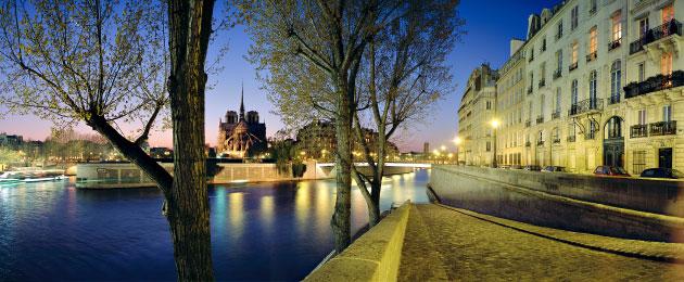 Chevet de Notre-Dame de Paris au crépuscule