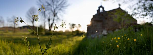 Lever du soleil derrière la chapelle de Montbonnet