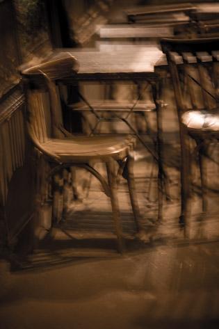 Chaises d'un café parisien