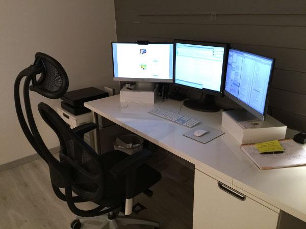 Mon poste de travail et ses trois écrans
